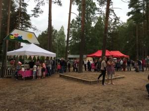 Minna-emäntä ja Janne hoitivat juhlapäivän tarjoilun mallikkaasti- tarjolla salaatteja ja Merosen grilliherkkuja!
